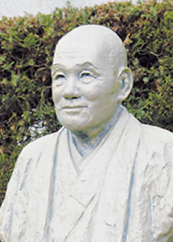 初代校長 西村清雄像